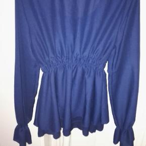 skønneste top med flæser og snore lukning,100% polyester, elastik i taljen og ved  håndled,ukendt mærke