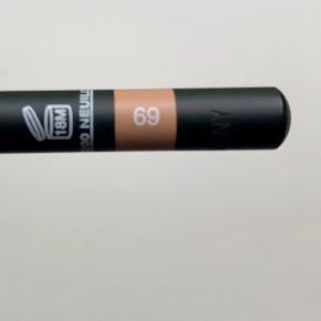 Chanel Le Crayon Kohl Intense Eye Pencil i farven 69 CLAIR. Fin beige/hudfarve til den våde kant i øjet for et friskere look. Jeg har prøvet den på men det er ikke noget for mig. Derfor stort set som ny. Den har aldrig været spidset. Æsken har jeg desværre smidt ud men blyantspidser medfølger.