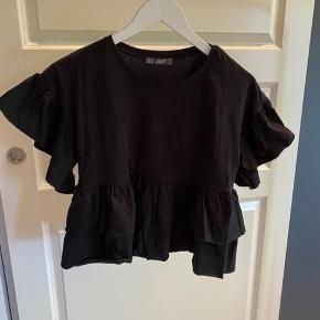 T-shirt med flæser