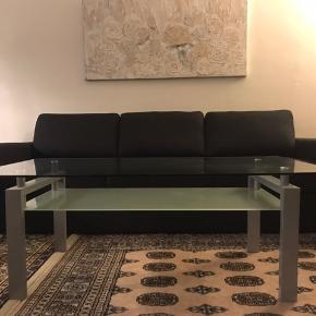 Et lækker sofabord, som skal sælges, da jeg skal til at flytte.   Længden på bordet er 1,37 m. og en bredde på 0,76 m.