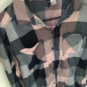Ternet skjorte fra H&M divided. Næsten ikke brugt!  100 % bomuld.  Kan afhentes i Århus eller Vejle, eller sendes med DAO:)