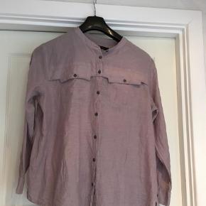 Fin skjorte med lidt krøl effekt kan dog stryges væk Kina krave  Ekstra. Knab med Brystmål.  57x2 cm Længde 71 cm  100 % viscose  Bluse Farve: Lavendel