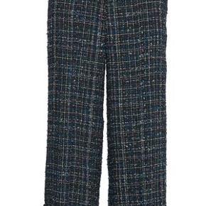 De lækre Kare bukser, med lige snit og brede ben. Smukkeste stof.  Brig dem med stilletter til fest eller sneakers til hverdag. Super fede 😊 Aldrig brugt.   Jeg bytter ikke 😊