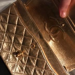 Så smuk vintage Chanel 2.55 guldtaske i lammeskind. Vist nok oprindeligt købt i vintageforretning i Paris af tidl. ejer. Ægthedsbevis fra tidligere ejer, kasse samt papir og mulepose medfølger. Virkelig smuk og velholdt! Kan bruges af bruden som gæsten. Smuk, smuk, smuk! Har et par italienske guld læder brudestilletter i samme farve, købt hos Lasse Spangenberg som kan medkøbes i str. 36 for blot 2500 kr mere 🤗   Delbetaling kan ske over 5 mdr. max. 5x5000kr.