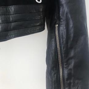 Super fed blød skind jakke  Mix med blød læder og ruskind  Str 10= 38/40 Ny pris 2500 kr