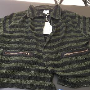 Varetype: Kort Farve: Grøn Oprindelig købspris: 799 kr.  Flot jakke/ cardigan med striber, lynlåslommer...ny med tags 50% viscose, 50% bomuld
