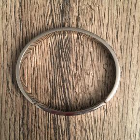 Stål armring med grå glimtende sten, super smuk. Oval 58 x 50 mm indvendige mål Se foto