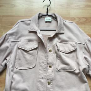 Lækker rosa farvet cardigan/ jakke 👍brugt 1 gang og vasket ....ny pris er 1199 kr