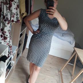 Smuk kjole til både hverdag og fest. Passr både til str. 36/38. Man kan godt se at den er slidt pga. At den er blevet vasket et par gange, men ellers ingen fejl på kjolen.