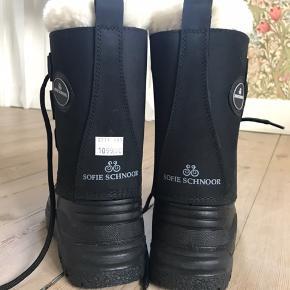 Str. 35/36. Lækker varm og praktisk vinterstøvle fra Sofie Schnoor i sort nubuk. Udtageligt indersok med snørrelukning, der sikrer en god pasform.   Aldrig brugte (da fødderne er blevet større efter fødsel).