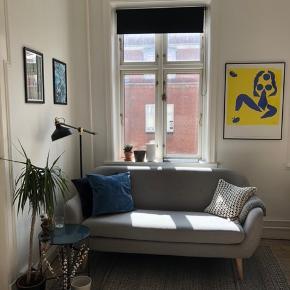 2,5 personers sofa sælges. Købt i maj 2018, sælges grundet flytning. Ny pris 2.699.- Skal afhentes i Aarhus C. Alt info om sofaen findes her: https://jysk.dk/stue/sofaer/sofaer/sofa-egedal-25-pers-lysegraa