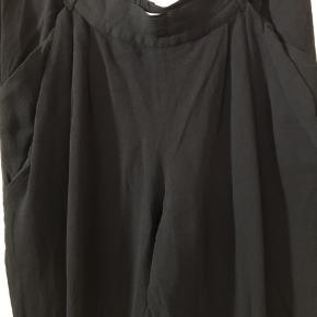 Bukser fra Noa Noa brugt få gange. Med elastik i det bagerst stykke.  Fra ikke rygerhjem.