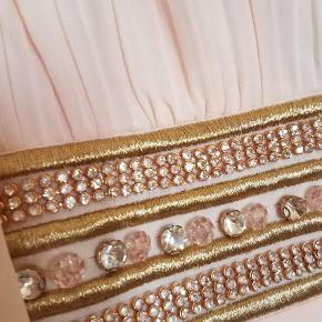 Varetype: Maxi Farve: Lys Rosa Oprindelig købspris: 800 kr. Prisen angivet er inklusiv forsendelse.  Fantastisk smukt festkjole i empiresnit. Farven er meget lys rosa. Str m/L. Ny og ubrugt med tags.