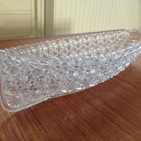 Krystal båd i presset krystal fra begyndelsen af det 19. Århundrede.  Mrk. Grace Darling no. 33 I perfekt stand uden skår.  33 x 10 cm.