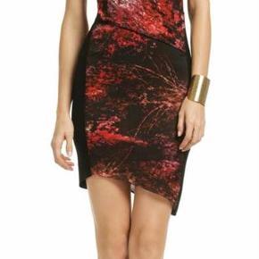 Super smuk kjole fra Helmut Lang, skal lige have et par sting nederst i den ene side i syningen. Nemt at klare.