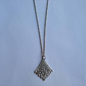 Sød halskæde med vedhæng i sølv 925 fra Kranz & Ziegler.  Vedhængets højde: 3 cm. Stemplet: 925 KrZi  Kædens længde: 45,5 cm. Stemplet: 925 KrZi