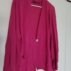Lækker, kort cardigan i 100% øko-hør. Brugt max.  1-2 gange. Smuk, klar pink, fotos snyder lidt. Bryst ca. 2 x 60 cm, længde fra nakken midt bag ca. 64 cm.