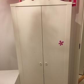 To børneskabe fra IKEA kan afhentes gratis i Hjørring. De er i god stand, der er dog lidt superhelte klistermærker på det ene skab, men de kan sagtens fjernes.