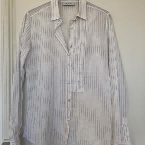 Skjorte fra italienske Aglini i hvid med diskrete blå striber.  Aldrig brugt!  Str. 38  Hør & Bomuld   Nypris 1500,-  Sælges for 600,-