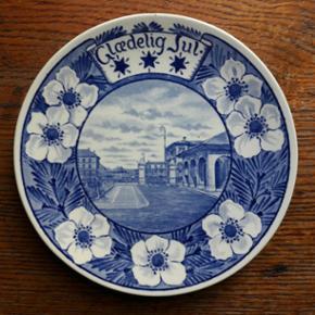 """""""Glædelig jul"""" platte.Alumina fra Københavns fajancefabrik fra perioden 1908-24."""
