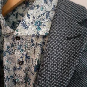 Helt nyt jakkesæt, aldrig brugt, bukser har stadig prismærke. Jakke str 48. Bukser str 50.