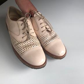 Fine sko med snøre fra Angulus. Gode såler i rågummi.  De er brugt 5 gange ca, fremstår i rigtig god stand  Nypris 1.299,00 DKK Bytter ikke  Se også mine andre annoncer 🌻