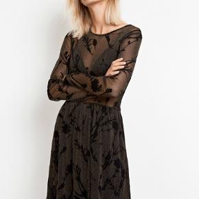 Sort kjole med guldglimmer-tråd fra envii