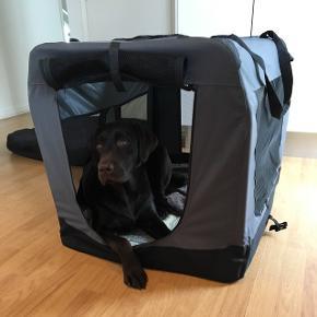 Sammenklappelig transportbur, kan åbnes i top og front. Passer til mellemstore hunde, fx labrador. Str. 93 x 63 x 63.  Har fejl ved lynlåsen, men kan godt lynes sammen alligevel (se billeder).  Sælges da vi bruger et andet bur til vores hund.