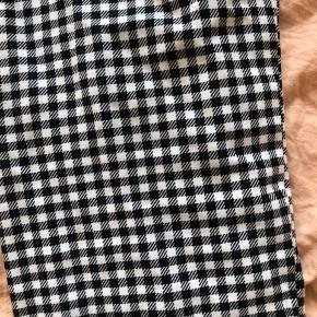 Sort/hvid ternede bukser fra Monki med lynlås i siden.   🍀 Køb 3 varer og få den billigeste gratis!
