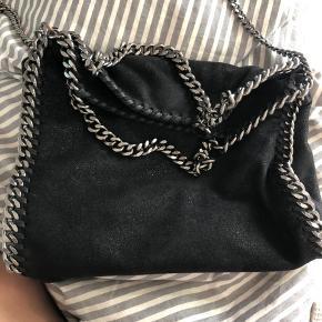 Falabella tote. Tasken er købt i 2015, hvilken den bærer præg af. Logoet er en smule nedslidt, men selve taskens ydre fejler intet.  Mængderabat!