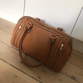 Rigtig fin, lysebrun håndtaske fra ALDO. Den er rigtig pæn og velholdt udenpå, men med brugspor og pletter indvendigt. Byd❤️