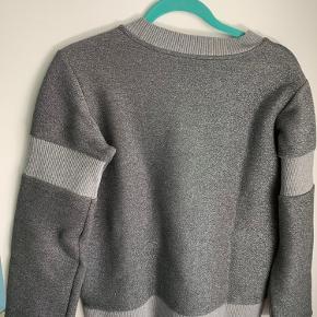 Fin sweatshirt. Brugt og vasket et par gange. Fejler intet