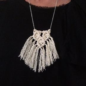 Håndknyttet macrame halskæde i bomuldsnor med kæde i Sterling sølv. Sølvkæden er 60 cm i længden.  Farve. Råhvid  Forårspris 75 kr (normalpris 125 kr)