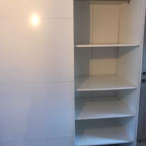 IKEA Pax garderobeskab. Perfekt stand undtaget pletter på nogle af hylderne. Se billedet.   236x150x60  Nypris 5000 dkk.  Kan demonteres.