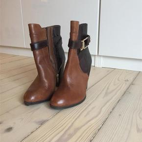 Varetype: sko Farve: Brun Oprindelig købspris: 700 kr. Prisen angivet er inklusiv forsendelse.  Aldo Støvletter. Brugte 2 gange!!!! Meget fine men ikke min stil. (Gaven fra kæresten gone bad! :) )