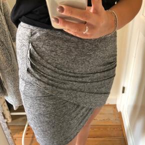 Lækker elastisk nederdel fra Moss Copenhagen. Passes af Medium og lille large 🖤