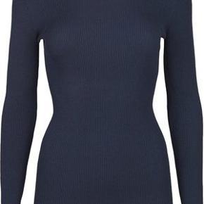 """""""NAP-BLUSEN"""" FRA STORM & MARIE - rigtig lækker ribstrikket t-shirt - 40% cotton -40% modal - 20% nylon - NYPRIS 600 - aldrig brugt - sælges for 150 kr - farve: navy"""