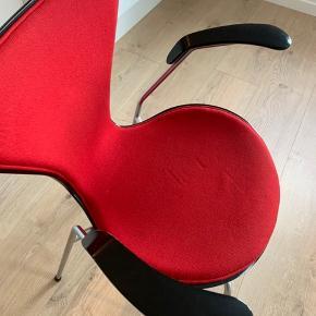 To stk. 7'er stole med armlæn fra 2010.  1500,- pr stk.  Det er tidligere stole som har stået på et kontor i en virksomhed, men de fejler ikke noget i ryggen. Betrækket har dog set bedre dage, men med nymalet armlæn og et overtræk i læder, så er de som nye.