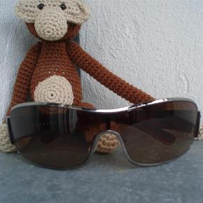 Varetype: Super smarte solbriller Størrelse: se billed Farve: Brun Oprindelig købspris: 1165 kr. Kvittering haves.   Super fede solbriller..De er købt i 2008..De har ligget i en skuffe i mange år,brugt et par gange..👓👓👓