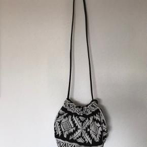 H&M taske med perlebroderi og fint mønster. Tasken er rund i bunden.