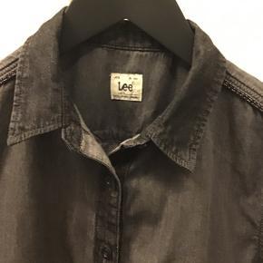 Rigtig fin Lee jeans skjorte i 100% bomuld, blød i kvaliteten, kun været på og vasket e'n gang😉