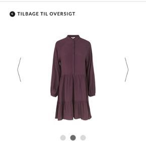 Jeg har denne super fine kjole.  Brugt og vasket et par gange men syntes den købt for stor, derfor sælger jeg den.  Ny pris 500. Sælges for 200 plus fragt. ☺️