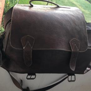 Rejse taske i engelsk læder, købt på Oxford street i England.  Tasker er brugt, men i god stand.  2 lynlåse rim i hver ende 1 stor rum med lynlås på den ene side  0,5 cm tyk i læderet   SÆLGES KUN TIL DEN PRIS, da der mangler en dut nedenunder.   Måler: 43 cm i højde 64 cm i længde  32 i bredde   Sendes gerne på købers regning  SKRIV GERNE FOR FLERE BILLEDER!!