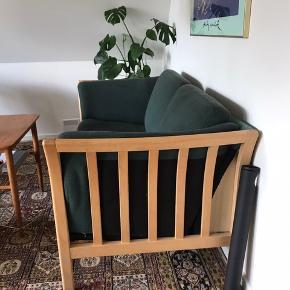 Grøn sofa en uld gives væk. Stoffet er farvet, så sofaen er blevet mørkere, men stoffet bag hynderne ikke er farvet (se billede).  Længde 143cm.  Indvendig længde 120cm. Kan afhentes på Hjallesevej i Odense C  Højde 70cm. Bredde 75cm.