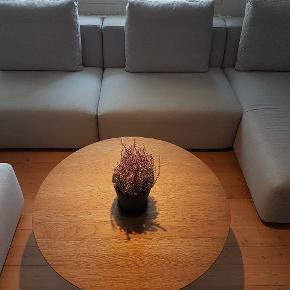 Smuk sofa fra Ilva. Købt i 2018.  Nypris 20.000 Sælges for 10.000. Afhentes i Odense C.  Der medfølger 3 sofapuder og 1 puf.