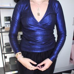 Flot fest bluse i skinnende blå