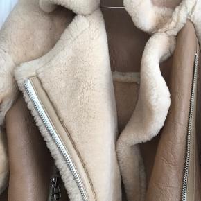Sælger min smukke og varme jakke fra Meotine. Størrelsen er S/M. Brugt 4-5 gange. Fejler intet. BYD gerne. Mindstepris er 1800,-