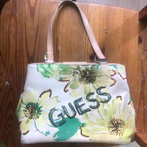 Mega lækker grøn blomster 00'er taske fra GUESS, få tegn på slid men ikke noget man lægger mærke til✨