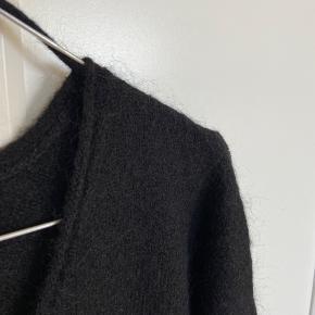 Super lækker strikketrøje i 20% mohair og 13% uld.  Er aldrig blevet brugt og har stadigvæk hangerstrap i.