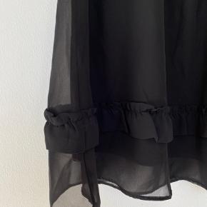 Fin nederdel med frynser. Brugt en enkelt gang.